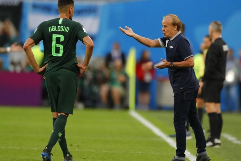 Pelatih Nigeria, Gernot Rohr (kanan), memberikan instruksi.