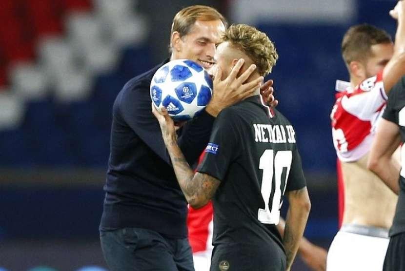 Pelatih Paris Saint-Germain Thomas Tuchel (kiri) memegang kepala Neymar.
