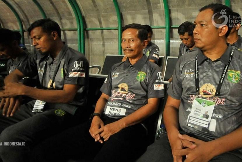 Pelatih Persebaya Surabaya Djadjang Nurdjaman (tengah).