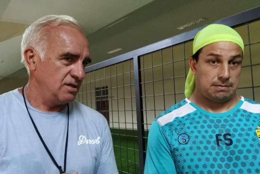 Pelatih Persib Bandung Mario Gomez (kiri) dan penerjemah/asisten pelatih Persib Fernando Soler (kanan) di Stadion Jalak Harupat, Soreang, Kabupaten Bandung, Rabu (3/10).