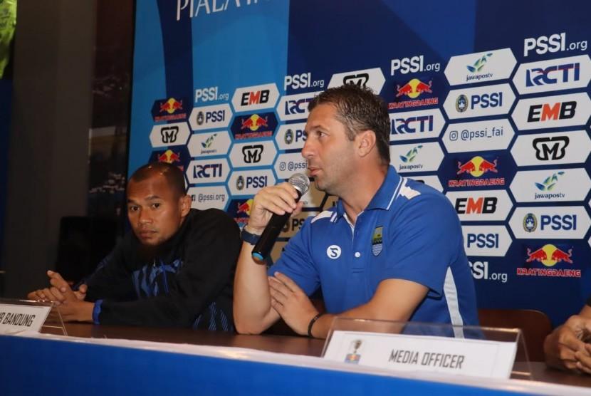 Pelatih Persib Bandung, Miljan Radovic (kanan).