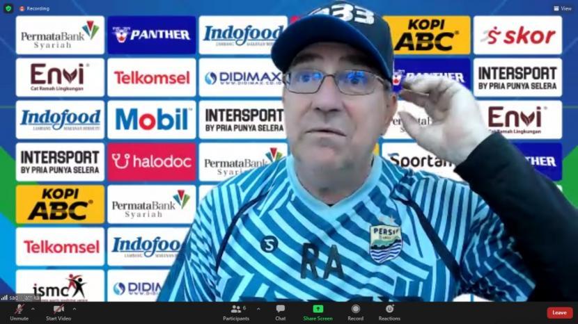 Pelatih Persib Bandung, Robert Rene Alberts dalam wawancara virtual, Senin (6/9).
