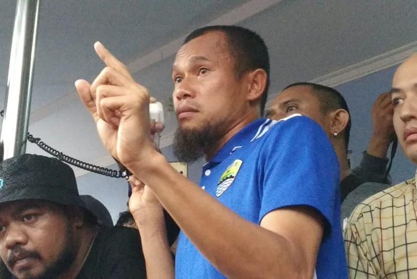 Pelatih Persib, Mario Gomez dan pemain Persib, Supardi melakukan orasi didepan ratusan Bobotoh di Bandara Husein Sastranegara, Bandung, Kamis (26/10).