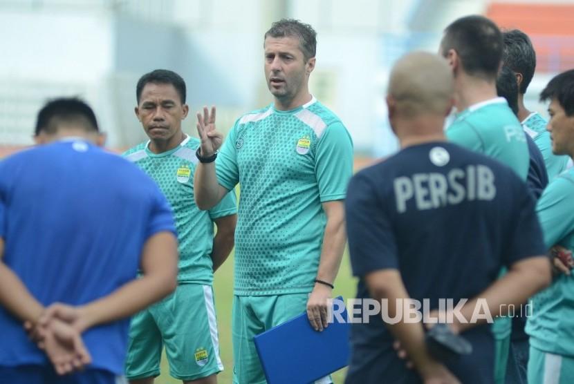 Pelatih Miljan Radovic berbicara dengan para pemain Persib (ilustrasi).