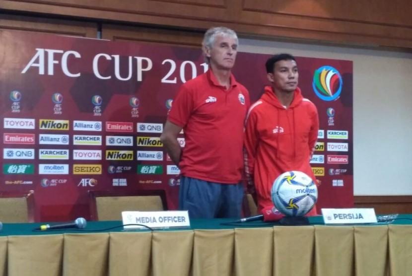 Pelatih Persija Jakarta Ivan Kolev dan pemain Persija Novri Setiawan dalam konferensi pers jelang laga Piala AFC 2019 di Hotel Sultan, Jakarta pada Senin (22/4).