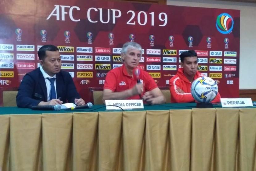 Pelatih Persija Jakarta, Ivan Kolev dan pemain, Novri Setiawan dalam konferensi pers jelang laga Piala AFC 2019 di Hotel Sultan, Jakarta pada Senin (22/4).