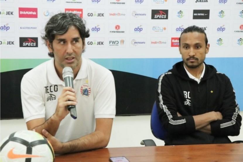 Pelatih Persija Jakarta Stefano Cugurra (kiri).