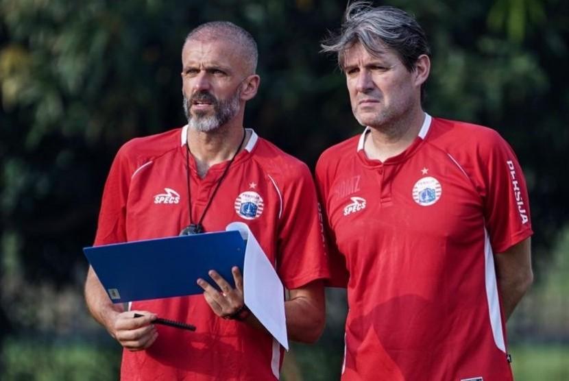 Pelatih Persija, Julio Banuelos, dan asisten pelatih, Eduardo Perez (kiri).