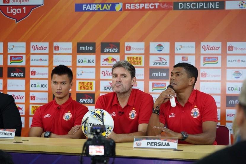 Pelatih Persija Julio Banuelos (tengah)