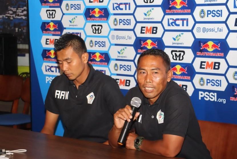 Pelatih Persiwa Wamena, Winaryo (kanan) di Graha Persib, Kota Bandung, Ahad (10/2).