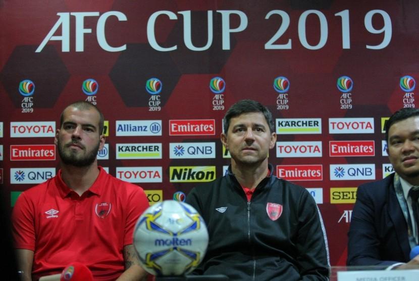 Pelatih PSM Makassar, Darije Kalezic (kanan) dan pemain Willem Pluim dalam konferensi pers jelang laga melawan Home United di Stadion Pekansari, Bogor pada Senin (29/4).