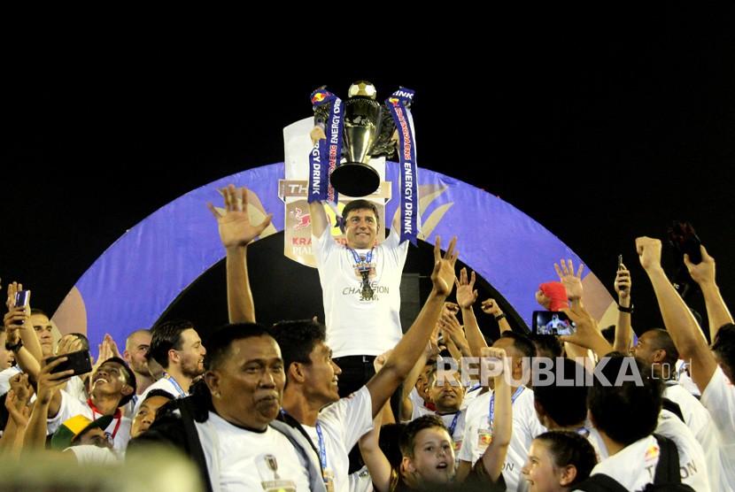 Pelatih PSM Makassar Darije Kalezic (tengah) mengangkat tropi saat PSM Makassar keluar sebagai juara Piala Indonesia 2019, di Stadion Andi Mattalatta, Makassar, Sulawesi Selatan, Selasa (6/8/2019).