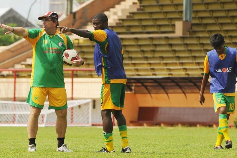 Pelatih PSM Makassar, Robert Rene Alberts (kiri) dalam suatu sesi latihan tim.