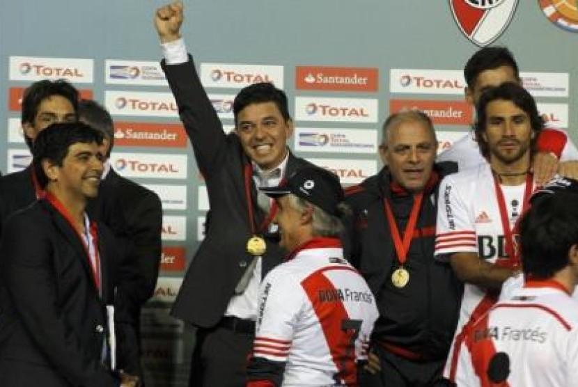 Pelatih River Plate Marcelo Gallardo (mengangkat tangan).