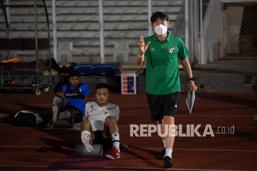 Pelatih Shin Tae-yong (kanan) memberikan pengarahan kepada para pesepak bola dalam latihan Timnas Senior Indonesia di Stadion Madya, kompleks Gelora Bung Karno (GBK), Senayan, Jakarta, beberapa waktu lalu.
