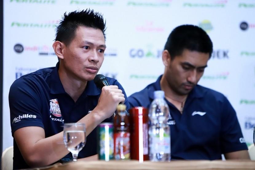 Pelatih SM Pertamina Youbel Sondakh (kanan).