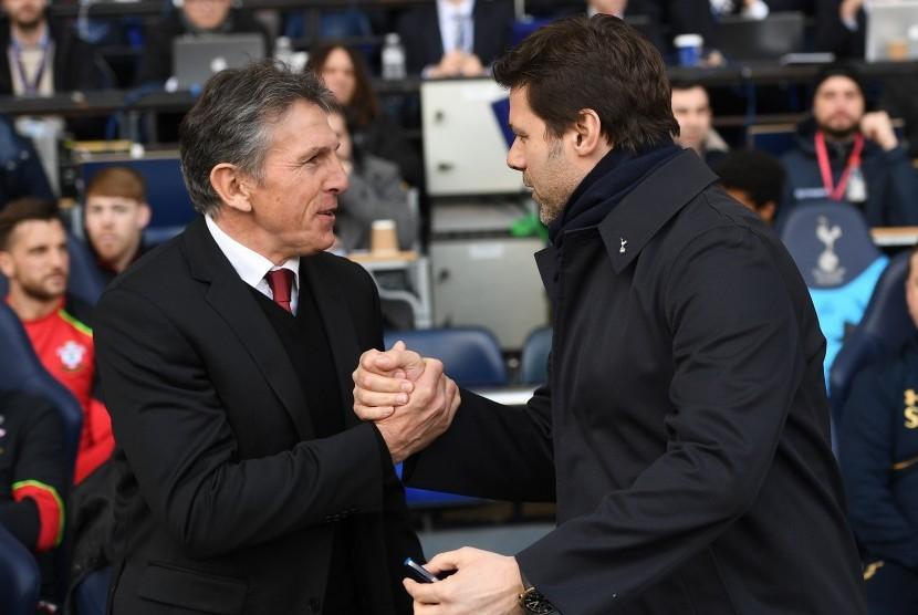 Pelatih Southampton, Claude Puel (kiri) bersalaman dengan pelatih Tottenham Hotspur, Mauricio Pochettino pada laga Liga Primer di White Hart Lane, Ahad (19/3). Southampton kalah 1-2.
