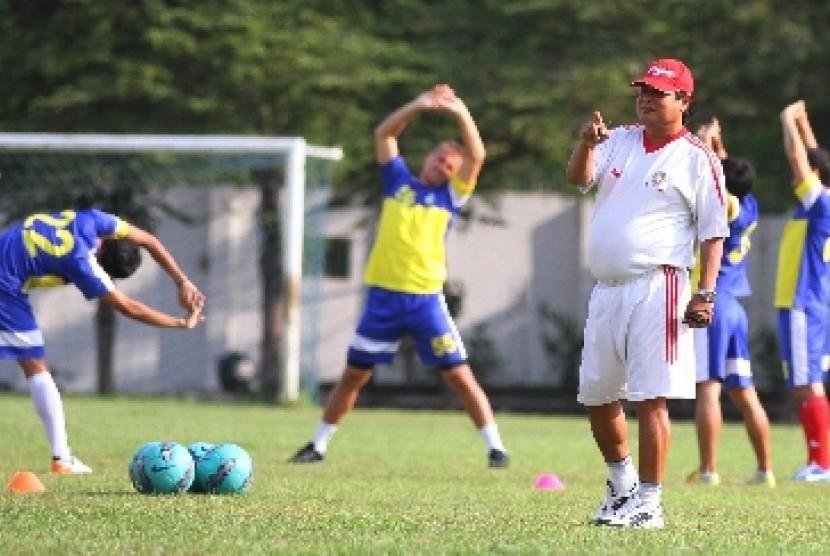 Pelatih Suharno (depan).
