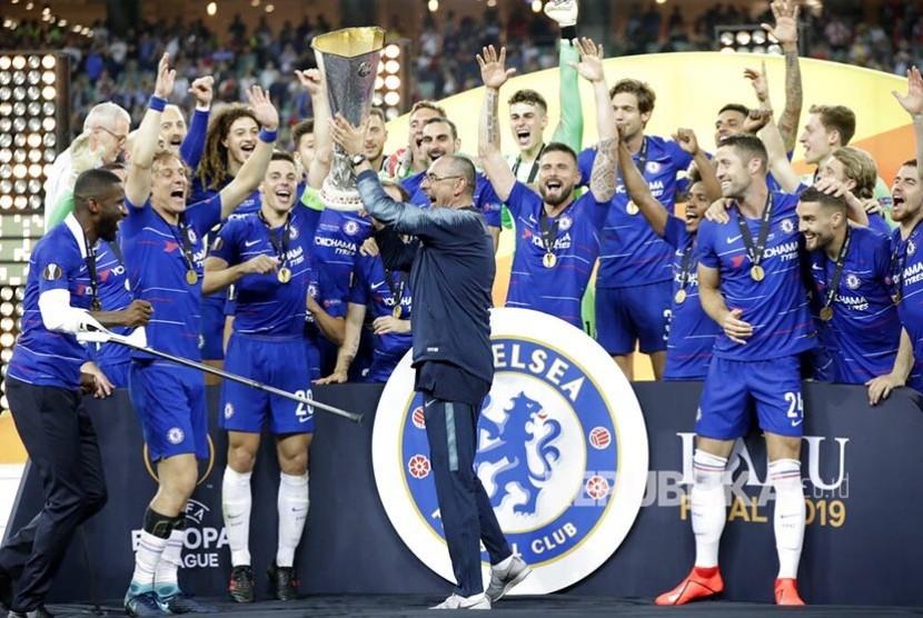 Pelatih tim Chelsea Maurizio Sarri mengangkat trofi usai  pertandingan final Liga Europa di Stadion Olympic, Baku, Azerbaijan, Kamis (30/5) dini hari.