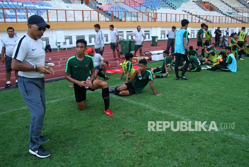 Pelatih Tim Nasional (Timnas) Indonesia U-19 Fakhri Husaini (kiri) memberikan arahan saat seleksi pesepak bola Timnas U-19, di Stadion Wibawa Mukti, Cikarang, Kabupaten Bekasi, Jawa Barat, Kamis (25/4/2019).