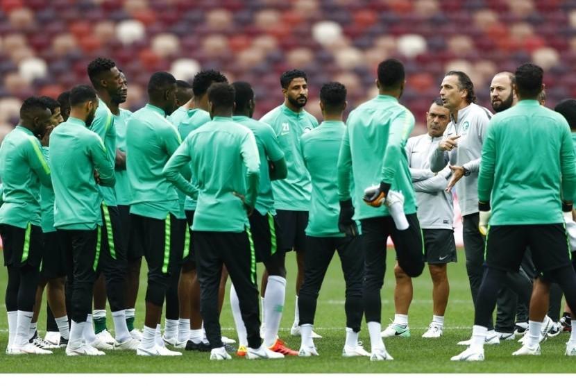 Pelatih timnas Arab Saudi Juan Antonio Pizzi (ketiga kanan) memberikan instruksi dalam sesi latihan timnya.