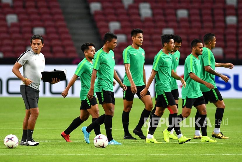 Pelatih timnas Indonesia Bima Sakti (kiri) memimpin jalannya latihan timnas Indonesia di Stadion Nasional, Singapura, Kamis (8/11/2018).