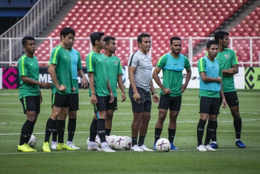Pelatih Timnas Indonesia Bima Sakti (tengah) bersama sejumlah pemain dalam sesi latihan di Stadion Utama Gelora Bung Karno, Jakarta, Sabtu (24/11/2018).