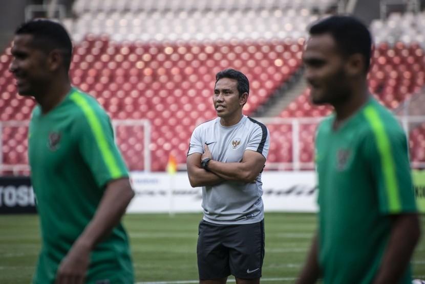 Pelatih Timnas Indonesia Bima Sakti (tengah) mengamati sesi latihan Timnas Indonesia di Stadion Utama Gelora Bung Karno, Jakarta, Sabtu (24/11/2018).