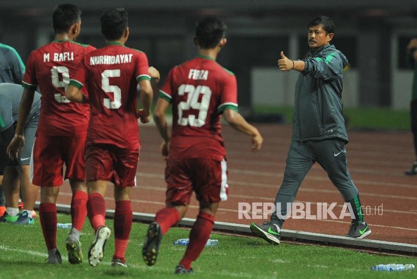 Pelatih timnas Indonesia Indra Sjafri mengacungkan jempol kearah pemain Rafly Mursalim seusai sang pemain mencetak gol ke gawang Kamboja dalam laga uji coba di Stadion Patriot Chandrabhaga, Bekasi, Rabu (4/10). Indonesia menang dengan skor 2-0.