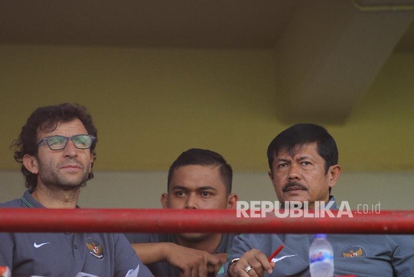 Pelatih Timnas Indonesia U-22 Luis Milla (kiri) bersama Pelatih Timnas U-19 Indra Sjafri (kanan).