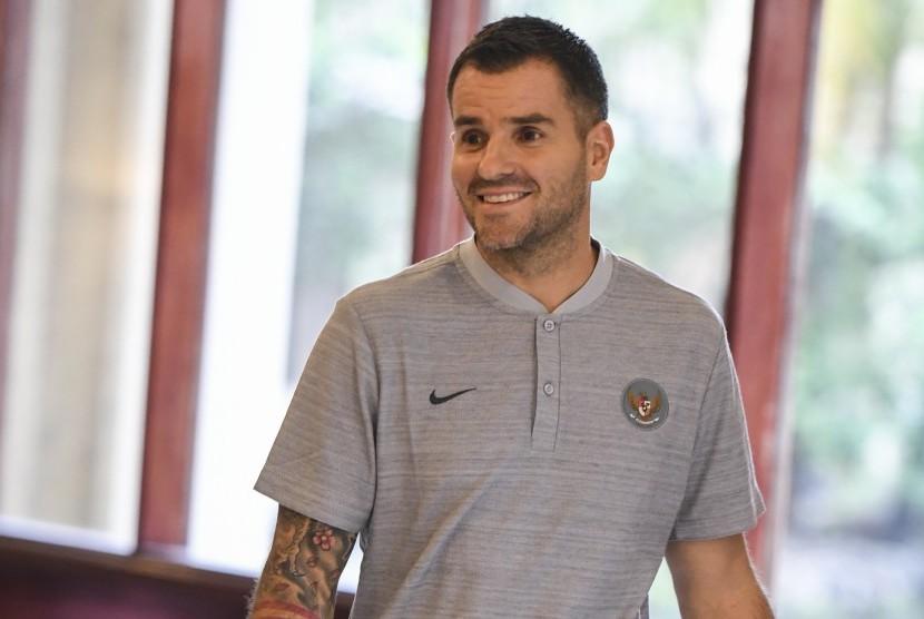 Pelatih timnas Indonesia Simon McMenemy berjalan seusai menggelar konferensi pers di Jakarta, Kamis (24/1/2019).