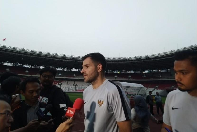 Pelatih Timnas Indonesia, Simon McMenemy saat memimpin latihan jelang menghadapi Thailand, Ahad (8/9).