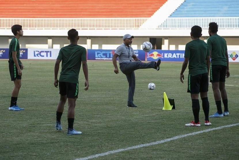 Pelatih timnas Indonesia U-19 Fakhri Husaini (tengah) dalam sesi latihan timnya di Stadion Mandala Krida, Yogyakarta, Selasa (10/9).