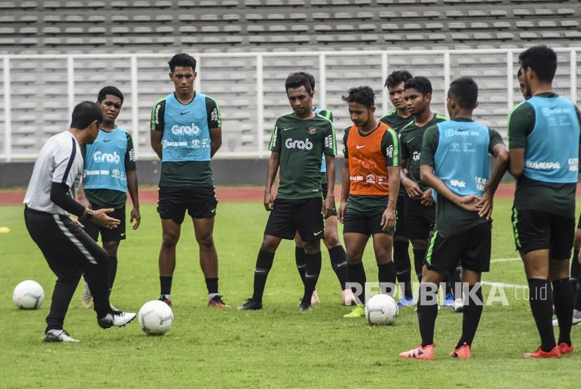 Pelatih Timnas Indonesia U-22 Indra Sjafri (kiri) memberikan intruksi kepada pemain saat sesi latihan di Lapangan Madya, Komplek SUGBK, Senayan, Selasa (15/01/2019).