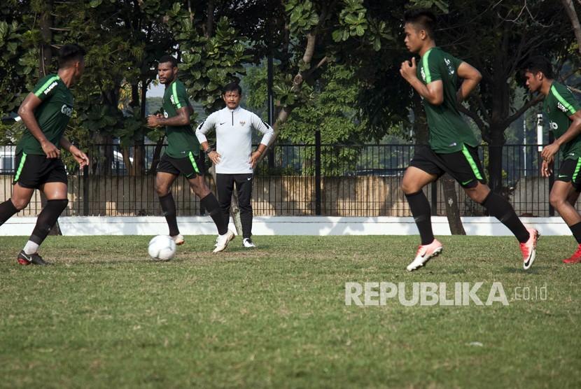 Pelatih Timnas Indonesia U-22 Indra Sjafri (tengah) memberikan intruksi kepada para pemain Timnas Indonesia U-22 saat latihan di Lapangan ABC, Komplek SUGBK, Senayan, Jakarta, Senin (7/1/2019).