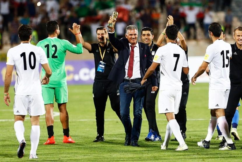 Pelatih timnas Iran, Carlos Queiroz (tengah) merayakan kemenangan 2-0 timnya atas Uzbekistan pada babak kualifikasi Piala Dunia 2018 di Teheran, Senin (12/6). Iran lolos ke putaran final Piala Dunia 2018.