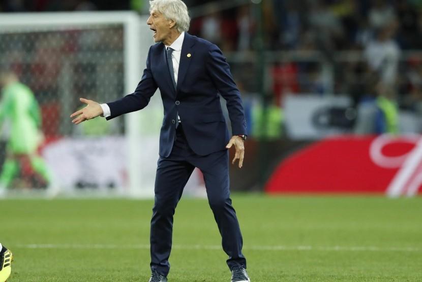 Pelatih Timnas Kolombia, Jose Pekerman, meneriaki pemainnya saat menghadapi Inggris di babak 16 besar Piala Dunia 2018 di Stadion Spartak, Moskow, Rusia, Selasa (3/7).