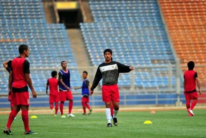 Pelatih Timnas PSSi Nil Maizar memberi instruksi dalam latihan jelang Piala AFF