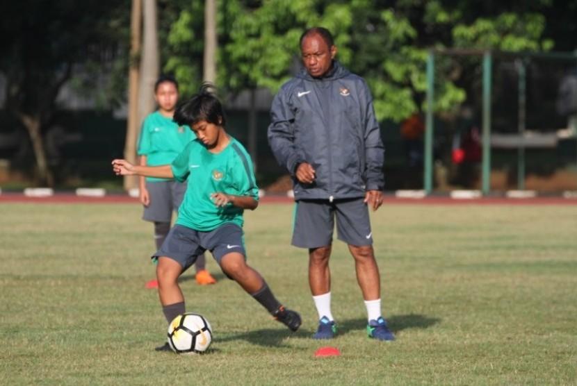 Pelatih timnas putri U-16 Rully Nere (kanan) saat memimpin latihan.