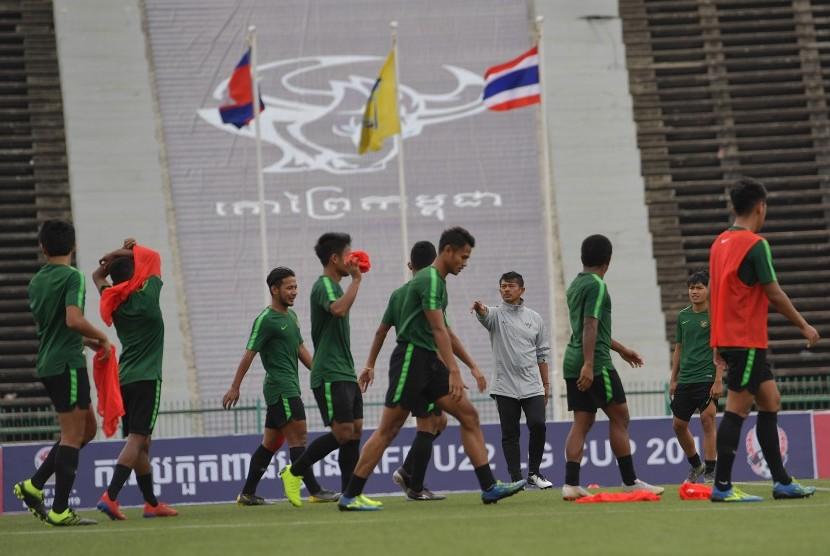 Persiapan Timnas U-22: Pelatih Timnas U-22 Indra Sjafri (keempat kanan) memberi arahan kepada pemain dalam latihan menjelang pertandingan babak Final Sepak Bola AFF U-22 di Stadion Nasional Olimpiade, Phnom Penh, Kamboja, Senin (25/2/2019).
