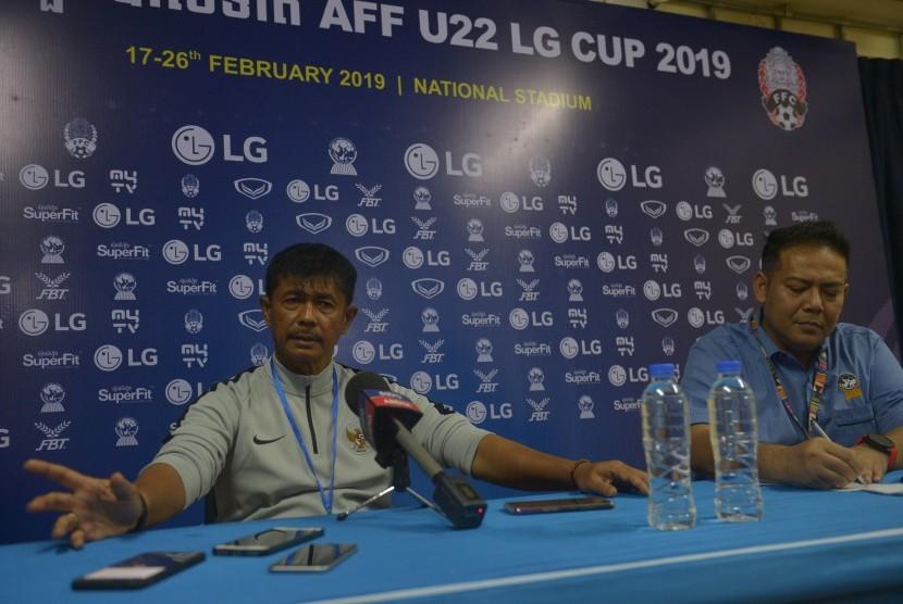Pelatih Timnas U-22 Indra Sjafri (kiri) didampingi Media Officer AFF, Abdul Rahman (kanan) menjelaskan hasil pertandingan Grup B, Indonesia lawan Myanmar Piala AFF U-22 di Stadion Nasional Olimpiade Phnom Penh, Kamboja, Senin (18/2/2019).