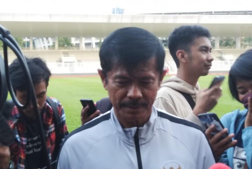 Pelatih Timnas U-23, Indra Sjafri saat memimpin latihan di Stadion Madya, Senayan, Selasa (12/3).