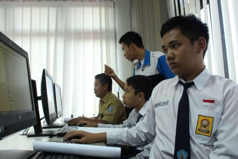 Pelatihan coding membuat games yang digelar Diskominfo Kabupaten Sleman.  Pelatihan merupakan bagian program Literasi Digital Inklusif (Lidi) kepada guru dan siswa.