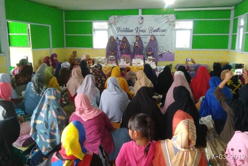 Pelatihan kreasi hantaran yang diselenggarakan PD Salimah Wonosobo, Ahad (17/3).