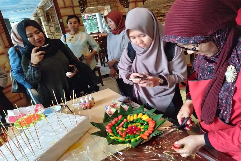 Pelatihan pembuatan kue bagi wirausaha pemula yang tergabung di Koperasi Forsema
