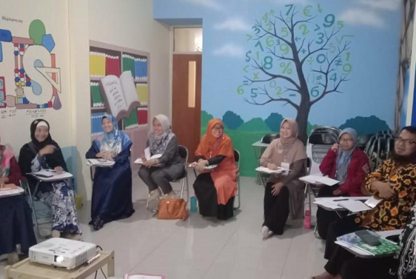 Pelatihan SNR. Klinik Pendidikan MIPA menggelar pelatihan SNR untuk para guru sekolah dasar.