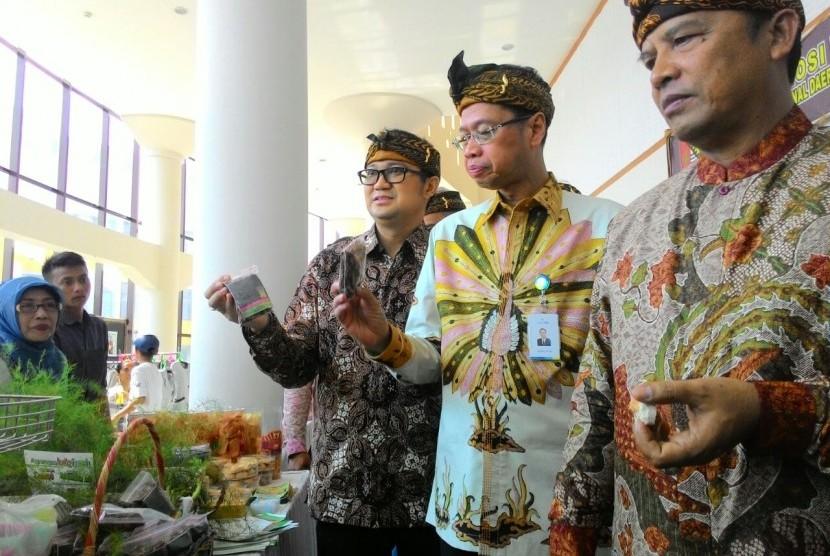 PELATIHAN UMKM : Bupati Bandung H Dadang M Naser (kanan) didampingi Dirut Bank BJB Ahmad Irfan (tengah) dan Direktur Mikro Bank BJB Agus Gunawan meninjau sejumlah produk UMKM binaan di sela acara Pelatihan Kewirausahaan dan UMKM di Gedung Budaya Sabilulung