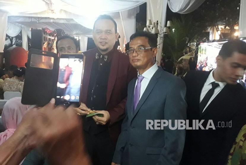 Pelawak Lies Hartono atau akrab disapa Cak Lontong berswafoto dengan sejumlah tamu undangan pernikahan Kahiyang dan Bobby Rabu (8/11).