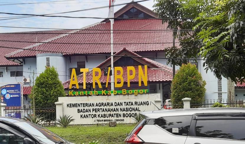 Pelayanan di Kantor Pertanahan Kab Bogor mengalami keterlambatan, akibatnya ribuan berkas pemohon menumpuk di sejumlah seksi.