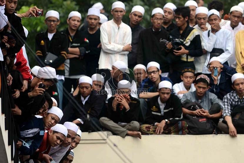 Pelayat memadati makam almarhum Habib Munzir Al Musawwa saat prosesi pemakaman di kompleks pemakaman Habib Kuncung, Kalibata, Jakarta Selatan, Senin (16/9).       (Republika/Agung Supriyanto)